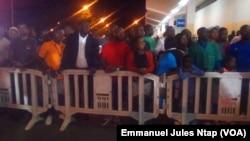 La mobilisation des fans de Rigobert Song à l'aéroport de Yaoundé, fiers de revoir leur héros debout, 1er avril 2017. (VOA/Emmanuel Jules Ntap)
