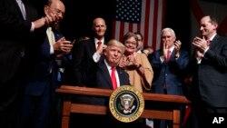 Donald Trump signe un décret sur la politique américaine à Cuba, le 16 juin 2017.