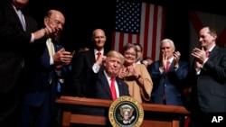 Prezidan Donald Trump pandan li te fin anonse chanjman nan politik Lèzetazini vizavi Kiba ( Miami, Florid, vandredi 16 jen 2017).