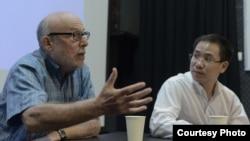 Giáo sư Mark Harris đang chi sẻ kinh nghiệm với các nhà làm phim trẻ tại Hà Nội. (Ảnh: Bộ Ngoại giao Hoa Kỳ)