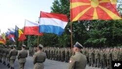 Para anggota asukan Polandia saat melakukan pembukaan latihan militer bersama NATO di Warsawa bulan lalu (6/6). Polandia belum melihat adanya keinginan masyarakatnya untuk keluar dari Uni Eropa.
