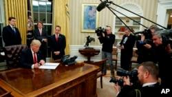 Trump firmó una orden ejecutiva destinada a socavar la ley de salud de la firmada por el ex presidente Obama.