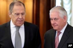 렉스 틸러슨(오른쪽) 미 국무장관과 세르게이 라브로프 러시아 외무장관이 지난 4월 모스크바에서 만나 회담장에 들어서고 있다.