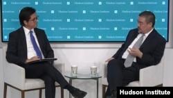 2021年10月1日,哈德逊研究所高级研究员努里·图凯尔(左)主持与人权活动人士吾尔开希(右)的座谈(视频截图)