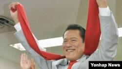 지난 7월 일본 참의에 당선된 프로레슬러 안토니오 이노키가 도쿄 사무실에서 당선 확정 소식을 듣고 만세를 부르고 있다. (자료사진)