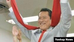 지난 21일 일본 참의원에 당선된 프로레슬러 출신 안토니오 이노키 의원이 도쿄 사무실에서 당선 확정 소식을 듣고 만세를 부르고 있다. (자료사진)