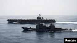 Kapal induk AS USS Theodore Roosevelt dan kapal penjelalah USS Normandy melakukan operasi pengamanan di perairan lepas pantai Yaman (21/4).