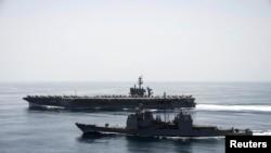 El portaaviones USS Theodore Roosevelt y el crucero de misiles guiados USS Normandy realizan operaciones de seguridad en el mar Arábigo.