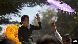 Aung San Suu Kyi tiba di kota Monywa, Burma barat laut, di mana terjadi sengketa perluasan tambang tembaga antara polisi dan warga setempat (29/11).