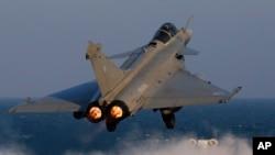Un avion de chasse Rafale est catapulté pour une mission sur le porte-avions phare de Charles de Gaulle dans le Golfe Persique, 13 janvier 2016.