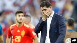 Le sélectionneur espagnol, Fernando Hierro réagit après la défaite de son équipe aux tirs au but lors des seizièmes de finale entre l'Espagne et la Russie, à la Coupe du monde 2018 au stade Luzhniki de Moscou, Russie, 1er juillet 2018.