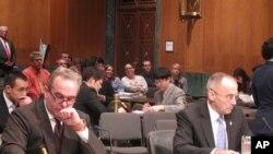 청문회에 참석한 커트 캠벨 국무부 동아태 담당 차관보(왼쪽)와 월러스 그렉슨 국방부 아태 차관보(오른쪽)