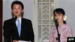 Bà Aung San Suu Kyi, lãnh đạo phong trào đấu tranh cho dân chủ Miến Điện và Ngoại trưởng Nhật Bản Koichiro Gemba nói chuyện với các nhà báo sau cuộc họp tại tư gia của bà ở Rangoon, Miến Điện hôm 26/12/11