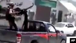 Imagen tomada de un video aficionado muestra un combatiente rebelde durante los combates con las tropas sirias, en el vecinadario de Midan, en Damasco, el 19 de julio de 2012.
