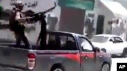 Ảnh trích từ một video nghiệp dư cho thấy chiến binh phe nổi dậy đang chiến đấu với binh sĩ Syria trong vùng ngoại ô Damascus