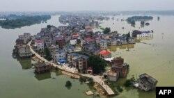 中國江西省上饒市鄱陽湖附近地區被洪水包圍變成孤島的村落。(2020年7月15日)