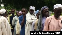 Les réfugiés en attente d'être enrolés à Bongor, au Tchad, le 18 septembre 2017. (VOA/André Kodmadjingar)