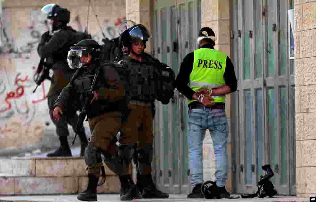 اسرائیلی سیکورٹی اہلکاروں اور فلسطینی مظاہرین میں جھڑپ کے دوران ایک کیمرا مین کو اہلکاروں نے حراست میں لے رکھا ہے۔