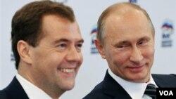 El actual presidente Dmitry Medvedev y el primer ministro ruso Vladimir Putin, presentaron un plan para intercambiar sus puestos.