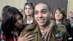 Sòlda Israelyen Elor Azaria nan moman li tap pral tande desizyon tribinal militè peyi a ta pral pran kont li nan Tel Aviv, Israel, 21 fevriye 2017. (Foto: Jim Hollander, Pool, via AP)