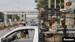 Pasukan paramiliter Pakistan menjaga pintu masuk utama pangkalan udara di Kamra, provinsi Punjab. Taliban melakukan serangan atas pangkalan ini sebelum subuh hari Kamis (16/8).