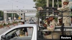 16일 탈레반의 공격을 받은 파키스탄 공군기지 앞에서 경계 중인 군인들.