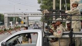 Paravojne snage ispred glavnog ulaza u bazu Kamra u Pakistanu