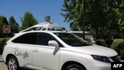 在加州的山景市的一辆谷歌无人驾驶车