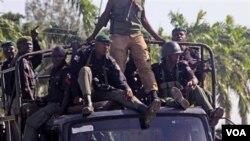 Polisi Nigeria melakukan patroli di kota Maiduguri yang sering dilanda kerusuhan (foto: dok.).