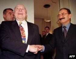 Necmettin Erbakan, CHP lideri Bülent Ecevit ile koalisyon hükumeti kurmuş ve başbakan yardımcılığı yapmıştı. Bu fotoğrafta iki lider 19 Ocak 1998'de TBMM'de birarada görülüyorlar.
