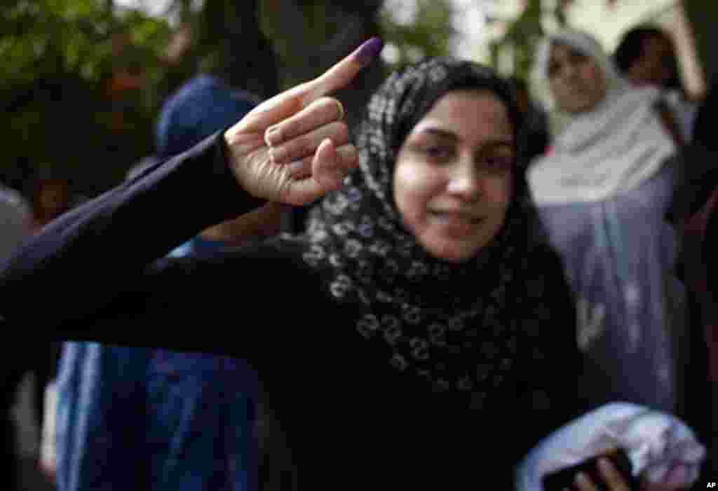 Cử tri trẻ hãnh diện sau khi tham gia bỏ phiếu trong cuộc bầu cử tổng thống Ai Cập (Y. Weeks/VOA)