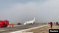 Hiện trường vụ hạ cánh không có càng phía trước của máy bay hãng hàng không quốc gia Miến Điện.