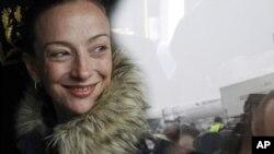 Florence Cassez sonríe al aterrizar en el aeropuerto de Roissy, en París. En una entrevista, la francesa acepató haber sido ingenual al involucrarse con un secuestrador mexicano.