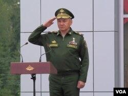 俄羅斯國防部長紹伊古在去年夏季舉行的莫斯科武器展開幕式上。(美國之音白樺攝)