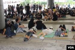立法會示威區內席地而坐,席地而躺的抗議者不願離去 (美國之音記者申華拍攝)