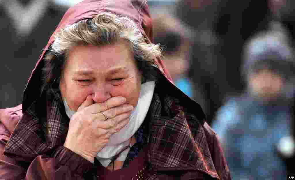Seorang perempuan menangis di bandara internasional Pulkovo, St. Petersburg. Rakyat Rusia berkabung setelah sebuah pesawat berisi wisatawan Rusia jatuh di Sinai, Mesir, dan menewaskan ke-224 orang didalamnya. Ini adalah kecelakaan udara terparah yang pernah dialami negara itu.