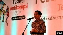 Presiden memberikan sambutan pada pembukaan Festival Anti Korupsi 2014 di Gedung Graha Sabha Pramana, kampus UGM, Yogyakarta, 10 Desember 2014 (Foto: VOA/Munarsih).