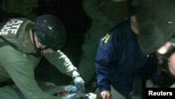 Dzhokhar Tsarnaev, 19 ans, en train d'être fouillé par la police après avoir été neutralisé à Watertown - photo fournie par la police de l'État du Massachusetts, 19 avril 2013