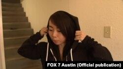 Vy Trần cho phóng viên áo hoodie chống đạn do cô sáng chế (Ảnh: FOX 7 Austin)