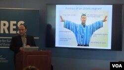 """Avstraliyada tadqiqot olib borayotgan o'zbekistonlik olim Jahongir Qahhorov Jorj Vashington universitetida o'tgan """"O'zbekiston tashabbusi"""" konferensiyasida, 6-aprel, 2015-yil."""