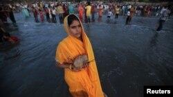ہندو زائرین کی ایک بڑی تعداد اس تہوار میں شریک ہے