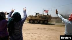 Suriyanın şimalında Amuda vilayətinin sakinlər ABŞ hərbi qüvvələrini salamlayır