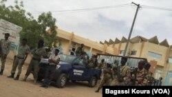 Les forces armées devant le tribunal de grande instance de NàDjamena lors du procès de quatre leaders dela société civile, le avril 2016. (Photo voa Bagassi Koura).