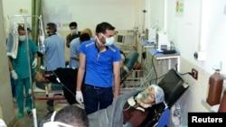 Seorang perempuan yang terkena serangan gas klorin di kota kecil Telminnes, mendapatkan perawatan di rumah sakit Bab al-Hawa dekat perbatasan Turki, 21 April 2014 (Foto: dok).