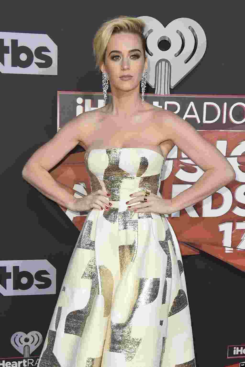 """美国歌星凯蒂·佩里(Katy Perry)在加州参加 iHeartRadio 音乐奖典礼(2017年3月5日)。目前仍然没有任何一方出面说明她和5位模特被拒签的原因,美国之音联系了""""维多利亚的秘密""""公司的媒体部门,但尚未获得回复。"""