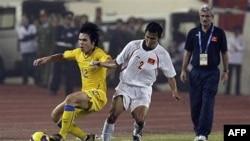 Cựu HLV Henrique M. Da Silva Calisto (trái) của đội tuyển Việt Nam trong trận đấu giữa Việt Nam và Thái Lan trong khuôn khổ Cúp AFF 2008 trên SVD Mỹ Ðình, Hà Nội, Việt Nam.