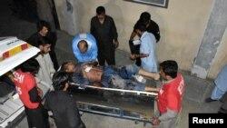 10일 파키스탄 퀘타 시의 주유소에서 무장괴한의 공격을 받은 하자라족 남성이 병원으로 이송되고 있다.