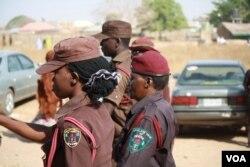 民间志愿纠察队成员希望2015年的尼日利亚总统选举不要重演暴力。(美国之音希瑟•默多克拍摄)