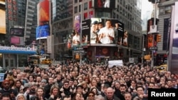 နယူးေရာက္ ၿမိဳ႕လည္ေကာင္ Times Square မွာ ဖမ္းဆီးခံထားရတဲ့ ျမန္မာရုိက္တာသတင္းေထာက္ ကို၀လံုးနဲ႕ ကိုေက်ာ္စိုးဦးတို႔ကို ဓါတ္ပံုနဲ႕ ဂုဏ္ျပဳေနၾကတဲ့ ရိုက္တာသတင္းဌာန၀န္ထမ္းမ်ား