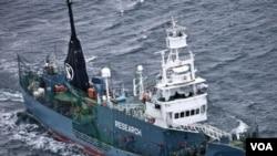 ເຮືອຫາປາ whale Yushin Maru No. 2 ຂອງຍີ່ປຸ່ນ ກຳລັງແລ່ນງຢູ່ ໃນເຂດມະຫາສະມຸດ ນອກຂົ້ວໂລກໃຕ້.